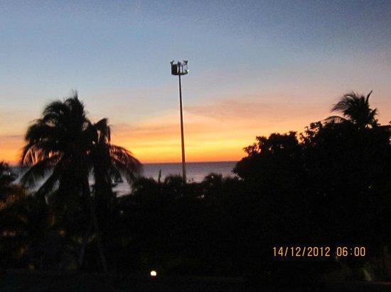 Hotel Tamaca Beach Resort: LA VISTA DE UN HERMOSO ATARDECER DESDE LA HABITACIÓN.