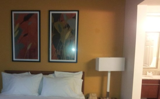 Residence Inn Seattle East/Redmond: Bed and lamps
