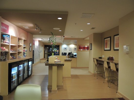 TownePlace Suites Columbia Southeast/Fort Jackson: Market, Lobby, Breakfast Seating, Front Desk