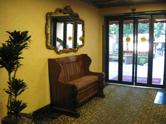 The Historic Santa Maria Inn: Old Hallway charm