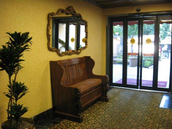 Santa Maria Inn: Old Hallway charm