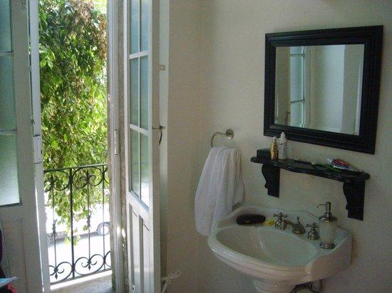 El patio 77, primer B&B sustentable en la Ciudad de México: Bathroom with its own balcony