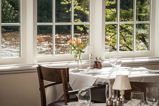 Golden Pheasant Inn: Solarium Dining Room Overlooking Delaware River