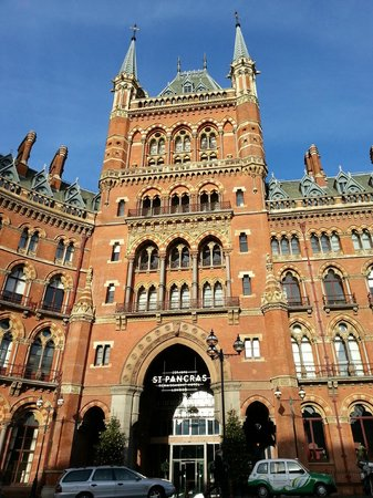 St. Pancras Renaissance London Hotel: Hotel entrance