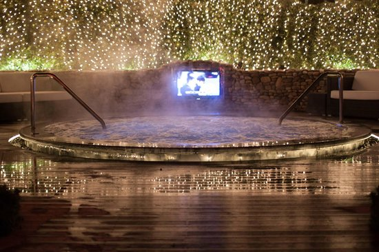 The Shilla Jeju: jacuzzi by night