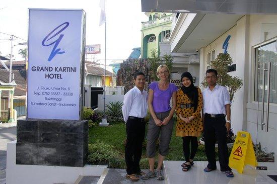 Hotel Grand Kartini : das freundliche Personal und ich ;O)