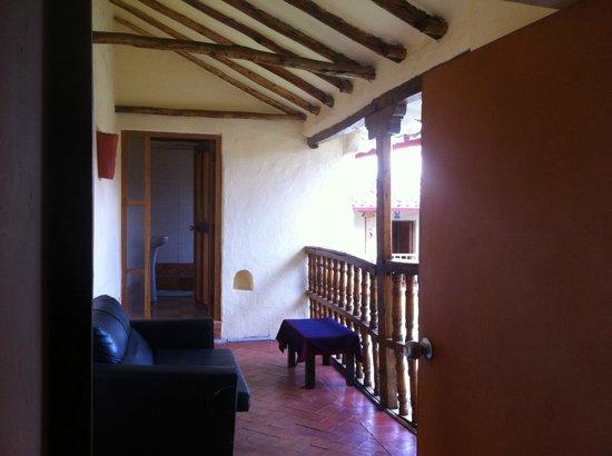 LOKI Cusco: Terraza y baño privado de habitación de 4 a 6 personas