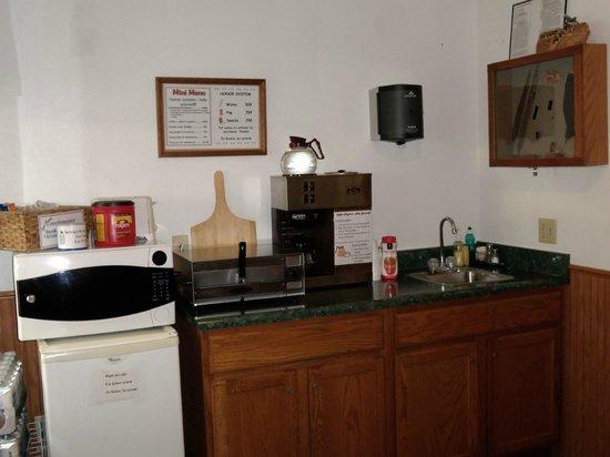 Little River Inn Motel & Guest House : Breakfast foods in lobby