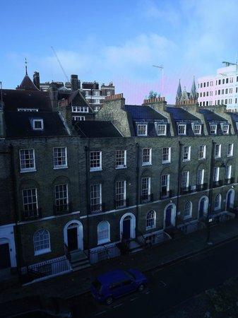 جيسموند دين: vue de la rue depuis la chambre au dernier étage 