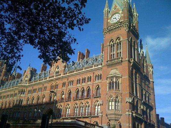 جيسموند دين: gare St Pancras en traversant la rue 