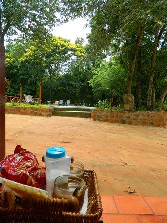 Cabañas Maria Belen: Desayunando afuera de la Cabaña