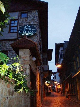 Mediterra Art Hotel : Отель на углу улицы