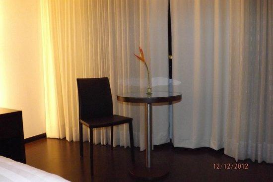 Hotel Estelar Milla de Oro: mesa en la habitacion