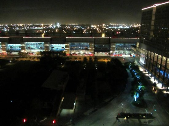 Embassy Suites by Hilton Houston Downtown: View to the convention center and outside downtown