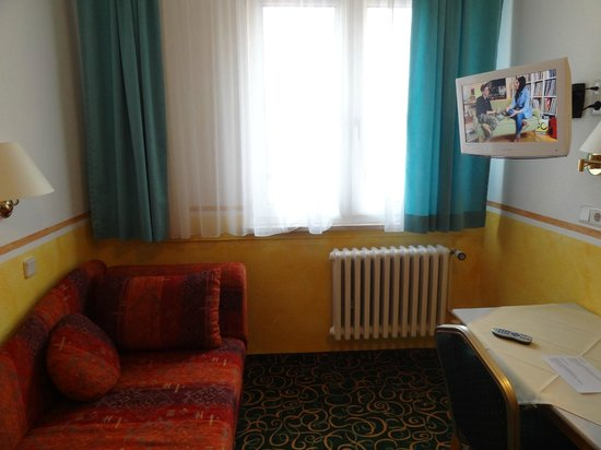 Hotel Garni Probst: Couch and TV