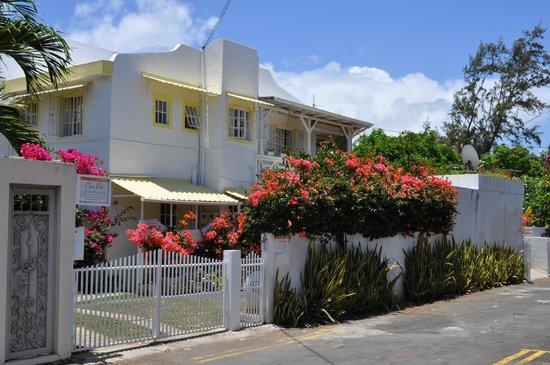 Chez Pat Bungalows and Apartments: Blick von der Straße auf die Gebäude