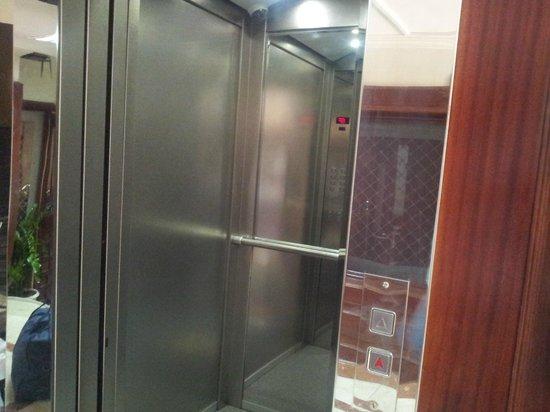 Panorama Hotel Bur Dubai: lift