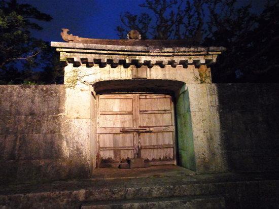Sonohyan Utaki Stone Gate: 門のライトアップ