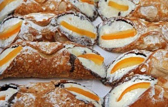 Reno's Cafe Valletta: More cannoli......