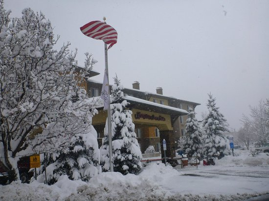Hampton Inn & Suites Flagstaff: Hampton Inn after snowfall