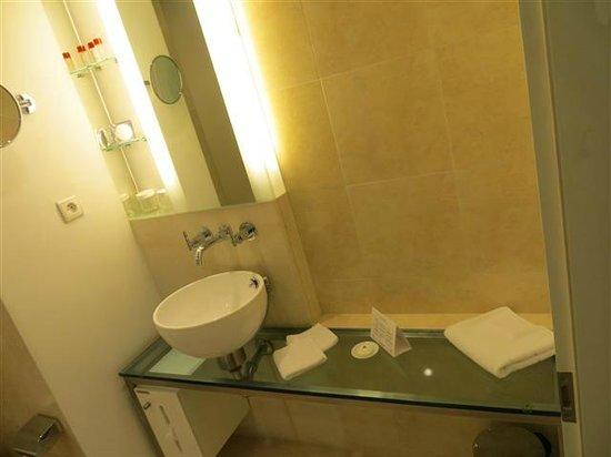 andel's by Vienna House Prague: Toilete bem iluminada!