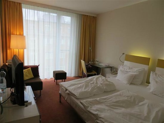 Vienna House Andel's Prague: Iluminação muito boa no quarto!
