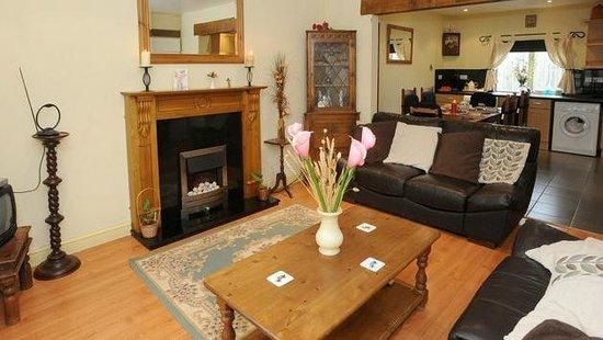 Oak Tree Cottage: lounge
