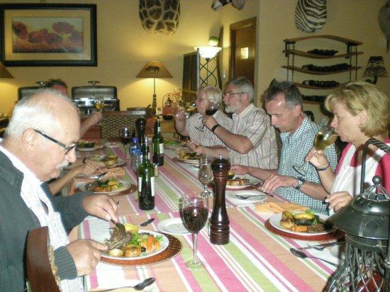 Valley Bushveld Country Lodge & Safari Tours: gezellig samen aan tafel