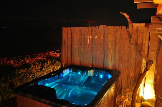 Palms & Spas Corfu Boutique Apartments: Our Whirlpool at Night