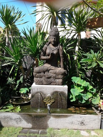 Yulia Homestay: statua nel giardino
