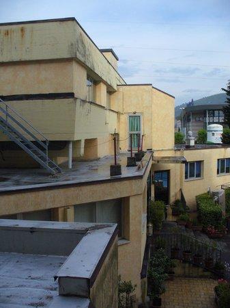 Hotel First: cortile interno lato piscina