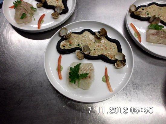 Restaurant Valentijn: Kabeljauwhaas/zwarte puree/kokkels/schaaldierenjus.