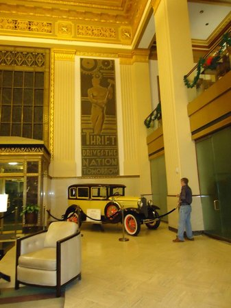 Drury Plaza Hotel Riverwalk: The old car will give you the hint of the era of the hotel