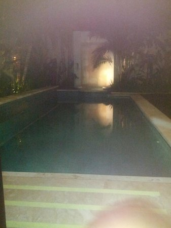 RC Villas & Spa: private pool by night