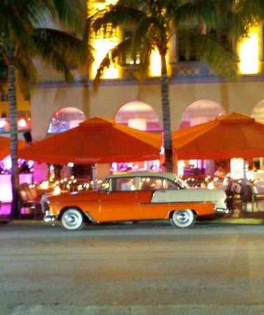 Beach Paradise Hotel: OLD CAR ON OCEAN DR. @ NIGHT