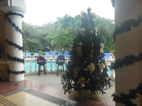 Allegro Papagayo: bar/pool area decorated for Christmas