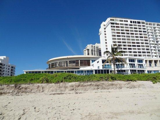 Costa Galana Miami: VISTA DESDE LA PLAYA AL HOTEL