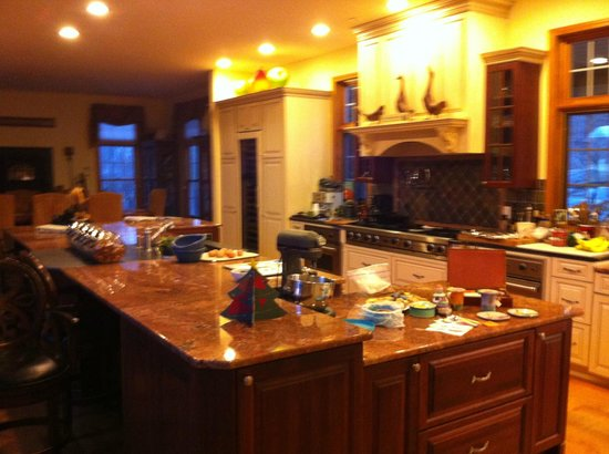 Cold Moon Farm Bed & Breakfast LLC: Gorgeous Kitchen, so jealous