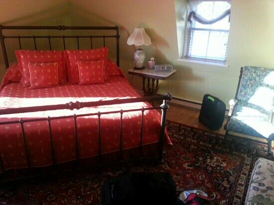 Sarah Kendall House: king size bed in the sea-view room