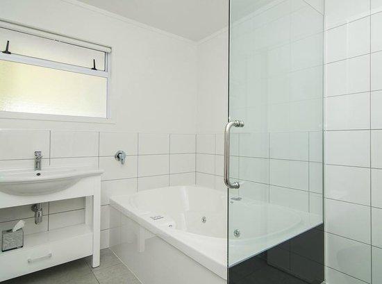 Anchorage Motel: Studio Spa Supreme Bathroom