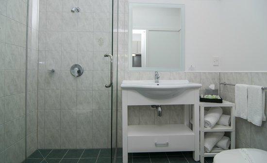Anchorage Motel: One Bedroom Bathroom