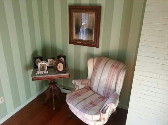 Sarah Kendall House: looks comfy :)