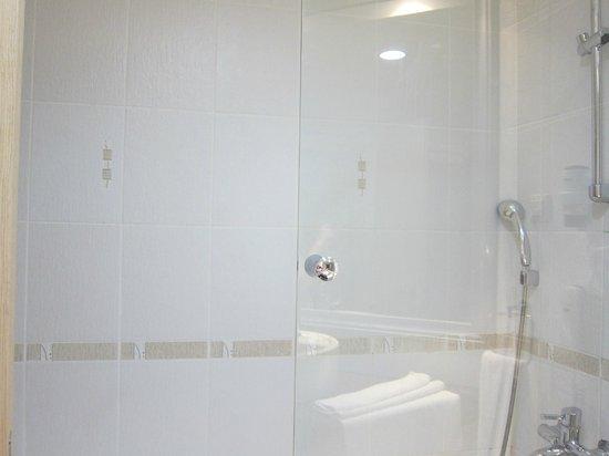 Grand Belish Hotel: Clean bathroom