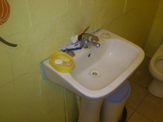 Hostal NuevaMente: Dirty Sink on 2nd Floor