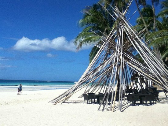 Pearl of the Pacific Boracay Resort & Spa: Beach front near the restaurant area