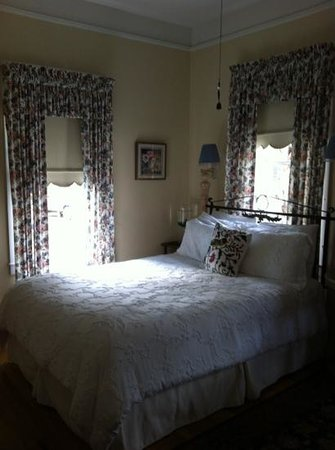 Centennial House Bed and Breakfast: the fleur de lis room