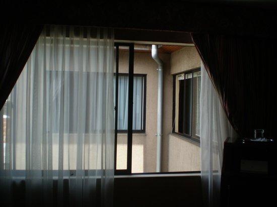Aitue Hotel: ventana que daba al frente de otra ventana de cuarto