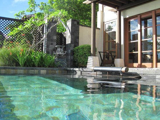 شانجريلاز بوراكاي ريزورت آند سبا: Pool right outside the Living Room 