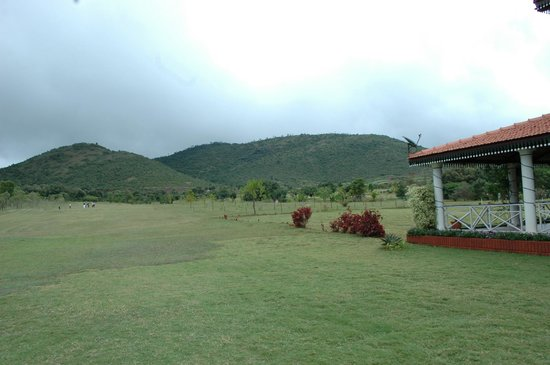 Scenic Acres Homestay: Chikmagalur Golf Club, 3kms from Homestay