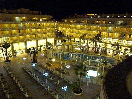 Cleopatra Palace Hotel: Roman pool at night
